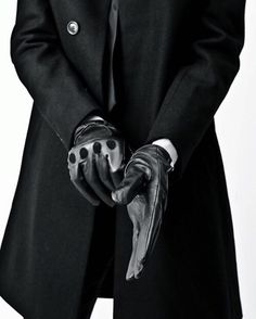 tight fitting gloves with a trench coat, a perfect partnership. - tight fitting gloves with a trench coat, a perfect partnership. Black Man Style, Back To Black, Black And White, Style Outfits, Fashion Outfits, Six Of Crows, Driving Gloves, Hommes Sexy, Shorty