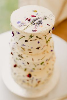 Love Wedding Cakes A white wedding cake provides the perfect canvas for a minimalist sprinkling of flower petals and pressed flowers. We see this cake served at a rustic-chic wedding or vintage tea party wedding. Photo via Whimsical Wonderland Weddings . Wedding Cake Rustic, Cool Wedding Cakes, Wedding Cake Designs, Wedding Country, Tea Party Wedding, Craft Wedding, Garden Wedding, Relaxed Wedding, Chic Wedding