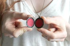 DIY Tinted Lip Balm In A Locket! Omg this is unbelievably so awesome! Must find a lip balm locket! Homemade Christmas Gifts, Homemade Gifts, Christmas Diy, Holiday Gifts, Christmas Town, Gifts For Teens, Diy For Teens, Teen Gifts, Teen Diy