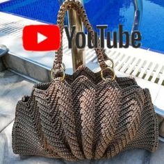 Discover thousands of images about Crochet fan bagScallop bagShell bagSeashell bagLarge Free Crochet Bag, Crochet Tote, Crochet Handbags, Crochet Purses, Hand Crochet, Butterfly Bags, Diy Purse, Crochet Videos, Brown Bags