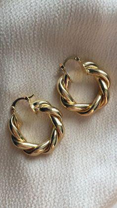 Real Gold Jewelry, Ear Jewelry, Cute Jewelry, India Jewelry, Dainty Jewelry, Jewelry Accessories, Gold Earrings Designs, Jewelry Photography, Designer Earrings