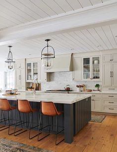 Tour the ultimate dream house in beautiful Southern California This family dream house in Southern California by Amber Interiors is proof that a sophisticated, stylish home can be conducive to kids. Kitchen Interior, Classy Kitchen, Kitchen Remodel, Kitchen Decor, Amber Interiors, New Kitchen, Home Renovation, Home Kitchens, Kitchen Renovation