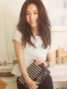 【井川遥のヘアスタイル・髪型】CMでのアップアレンジや無造作な巻き方のオーダー方法!   GetBeauty