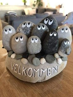 Stone art made by me. Denne her er da hyggelig at have stående ved hov… Stone Crafts, Rock Crafts, Cute Crafts, Diy And Crafts, Crafts For Kids, Family Crafts, Rock Painting Patterns, Rock Painting Ideas Easy, Rock Painting Designs
