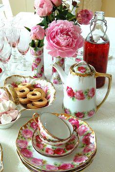 Pretty pink and white vintage tea set! Vintage Tea, Vintage China, Vintage Roses, Party Set, Party Time, Dresser La Table, Café Chocolate, Teapots And Cups, Teacups