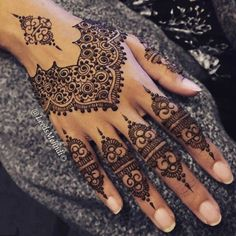 Legs are a very beautiful canvas for showcasing Mehndi. It is a tradition for the Indian bride to apply mehndi both on the hands and the legs. Henna Tattoo Designs, Henna Tattoos, Henna Ink, Henna Tattoo Hand, Et Tattoo, Glitter Tattoos, Henna Body Art, Tattoo Und Piercing, Henna Mehndi