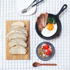 Today's #breakfast . 美味しいパンをもらったので . バター?ジャムつける?考えながらの シンプル朝ごはん . って書いてる間にもうお昼ごはん . . . . #IGersJP #instagramjapan #LIN_stagrammer #livstagrammer #KURASHIRU