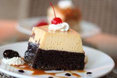 Pastel de chocolate y flan de vainilla bañado con cajeta