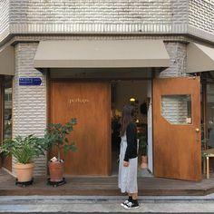얼굴은 가릴수록, 고개는 돌릴수록 예쁘대🤦🏻♀️ Studio Interior, Cafe Interior, Brick Cafe, Cafe Japan, Restaurant Exterior, Asian Interior, Coffee Store, Minimalist Architecture, Cafe Shop