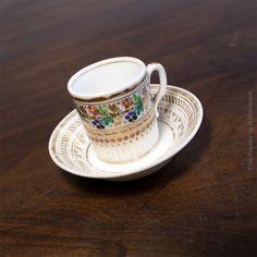 Tasse à café et sa soucoupe en porcelaine de Paris Époque Charles X, vers 1820 - 1830  Hauteur tasse : 4,5 cm Diamètre : 4,5 cm Diamètre soucoupe : 9,5 cm Poids ensemble : 99 g  État d'usage