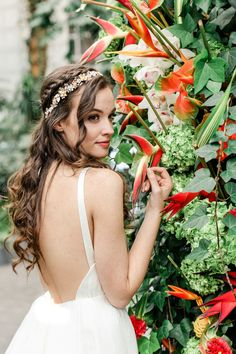 Bride in open back wedding dress with tropical florals Tropical Wedding Dresses, Short Lace Wedding Dress, Simple Wedding Gowns, Open Back Wedding Dress, Wedding Dress Styles, Tropical Weddings, Wedding Curls, Curly Wedding Hair, Wedding Hairstyles For Long Hair