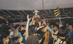 Peñarol celebra en el Estadio Nacional de Santiago de Chile tras la conquista de la Copa Libertadores de 1987 ante el América de Cali