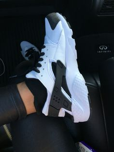 Nike huaraches black and white