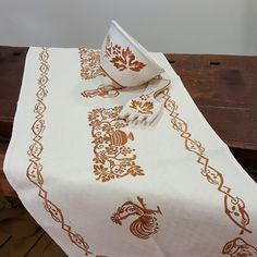 Italian Table Runner hand-printed and handy-craft by italian artisans organic linen Vintage style Vintage Style, Vintage Fashion, Italian Table, Table Runners, Artisan, Organic, Printed, Crafts, Manualidades