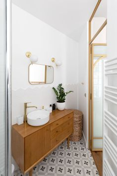 Discover recipes, home ideas, style inspiration and other ideas to try. Small Attic Bathroom, Parisian Bathroom, Bathroom Box, Parisian Apartment, Bathroom Plants, Bad Inspiration, Bathroom Inspiration, White Marble Bathrooms, Herringbone Wood Floor
