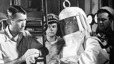 """""""La Hora Final"""" (""""On the Beach"""", 1959). Film post-apocalíptico que trata sobre el destino de los seres humanos en Australia tras el holocausto nuclear de la III Guerra Mundial. El escenario de la guerra fue el hemisferio Norte. Sin embargo, la nube radiactiva producida por las bombas nucleares va llegando a Australia."""