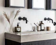 vtwonen baden | Inspiratie voor uw badkamer met o.a. wastafels, kasten en spiegels Fixer Upper, Double Vanity, Small Things, Bathroom, Hospitality, Interior, Skincare, Inspiration, Home Decor