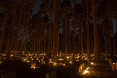 SkogskyrkogŒrden pŒ Allhelgona. Als iets op de Werelderfgoedlijst van UNESCO staat dan weet je dat het goed zit. Skogskyrkogården, ook wel bekend als The Woodland Cemetery, is een kerkhof in Stockholm. Je vindt er prachtige architectuur gecombineerd met een mooi landschap. Ook wordt daar All Saints' Day (Allerheiligen) gehouden op 1 november. Op die dag worden duizenden lichtjes aangestoken en neergezet op de graven. Allerheiligen staat overigens in het teken van bescheidenheid en reflectie.