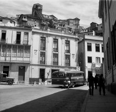 Autobús subiendo al cerro Monjas c. 1950. Short Curly Styles, Street View, Explore, Black And White, Mansions, House Styles, Building, Travel, Curly Blonde
