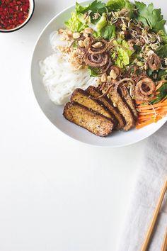 Bun Chay - vietnamesischer Reisnudelsalat mit Gemüse, Tofu und süß-scharfem Limettendressing
