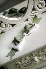 Μπομπονιέρα γάμου παπιγιόν λευκό-λαδί με στρας