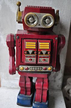 TIN TOY ROBOT JAPAN JAPANESE BATTERY OPERATED - and we had this too!!! so much fun seeing the toys you used to play with ^_^