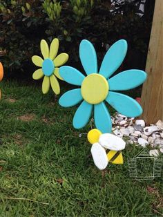 Bumble Bee garden art outdoor decor shabby by ThisLittleCottageOBX Wood Crafts, Diy And Crafts, Diy Wood, Pallet Crafts, Rustic Rocking Chairs, Wooden Garden Planters, Recycled Garden, Fleurs Diy, Wooden Flowers