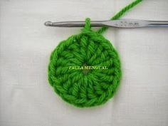 Paula Mengual Tejidos de Autor: Tutorial Agarradera de frutilla (Crochet) Crochet Bow Pattern, Crochet Bows, Newborn Crochet, Knitted Hats, Crochet Earrings, Diy Crafts, Knitting, My Love, Fabric