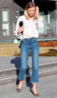 Com scarpin de oncinha e camisa branca é ideal para o office look mais casual.