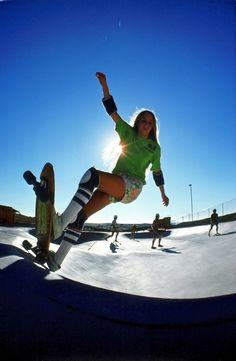 Laura Thornhill arcs a stylish frontside in off the lip at the sun-splashed Carlsbad Skatepark, San Diego, Calif. Skateboard Girl, Skateboard Photos, Old School Skateboards, Vintage Skateboards, History Of Skateboarding, Skater Look, Skate Surf, Dynamic Poses, Sport
