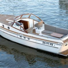 Boat Restoration, Classic Wooden Boats, Deck Boat, Classic Yachts, Covered Decks, Boat Stuff, Motor Yacht, Boat Design, Power Boats