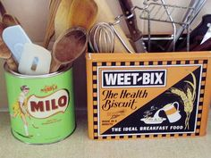 What a great way to include vintage tins in your kitchen decor! www.naturalhomeandgarden.com