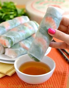 How to Make Vietnamese Fresh Spring Rolls - Step by Step Recipe Appetizers… Vietnamese Salad Rolls, Vietnamese Fresh Spring Rolls, Vietnamese Food, Vietnamese Recipes, Vietnamese Restaurant, Thai Restaurant, Think Food, I Love Food, Great Recipes