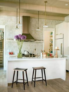 How to decorate the kitchen wall? One of the beneficial we can do is applying kitchen wallpaper. With this article will give some kitchen wallpaper ideas. Stylish Kitchen, Shabby Chic Kitchen, Kitchen Decor, Kitchen Interior, Kitchen Country, Gold Kitchen, Eclectic Kitchen, Glass Kitchen, Open Kitchen