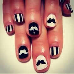 Uñas decoradas con bigotes.