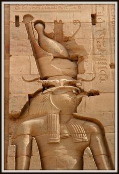 """Bajorrelieve del dios """"halcón"""" HORUS portando la doble corona del Alto y Bajo Egipto en el TEMPLO DE ISIS en FILAE."""