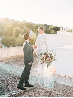 Finca Wedding in Puglia door Elisabeth van Lent Photography ›Hochzeitsguide Got Married, Getting Married, Wedding Blog, Wedding Events, Pink Boutonniere, Wedding Gowns With Sleeves, Raves, Event Venues, Newlyweds