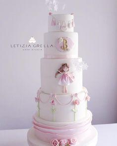 Dolcissima cake in perfetto stile #letiziagrella per un evento firmato @tina_citarella_events . . #cake #letiziagrellacake #tinacitarellaevents #battesimo #pink #bambolina #love @festejarcomamor @storybook_bliss @ideiasdebolosefestas @encontrandoideias @tastyinspiration