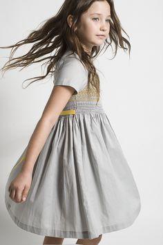 Precioso vestido para niña en tono azul grisáceo con detalles en tono mostaza.