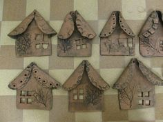 This looks sort of easy, for me! Clay Houses, Ceramic Houses, Ceramic Clay, Ceramic Pottery, Clay Projects For Kids, Kids Clay, Pottery Lessons, Pottery Houses, Ceramics Projects