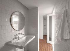 Dans les salles de bains ouvertes sur la nature, lavabo Canova Royal, robinetterie Lefroy Brooks. Portugal, Small Bathroom Layout, Living Room Interior, Cozy House, Modern Farmhouse, Minimalism, Bathtub, Interior Design, Nature