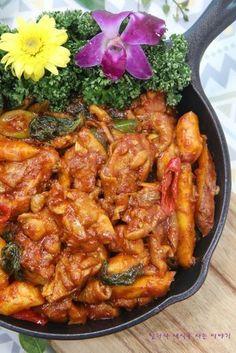 식당보다 맛있는 양념에 풍성하고 저렴한 닭갈비 황금레시피 알려드릴게요 집에서 만든다면 닭고기는 더 많... Spicy Recipes, Asian Recipes, Cooking Recipes, Healthy Recipes, Healthy Food, Food Porn, K Food, Korean Dishes, Korean Food