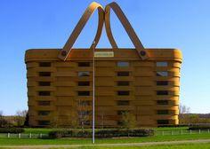 Здание-корзина (Огайо, Соединенные Штаты)  Здание компании Longaberger в Ньюарке штата Огайо может быть самое странное офисное здание в мире. Здание имеет площадь 180 000 квадратных футов, и является точной копией корзины из супермаркета. На строительство было потрачено $30 миллионов и два года. Много экспертов пыталось убедить Дейва Лонгэберджера изменить свои планы, но он хотел точную копию реальной вещи.