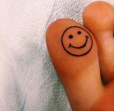 tatuajes de caritas felices en el pie