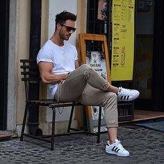 Another nice hunk in casual street-wear with Adidas Adidas Superstar Herren, Adidas Superstar Outfit, Mode Masculine, Fashion Moda, Mens Fashion, Guy Fashion, Fashion Photo, Street Fashion, Looks Adidas