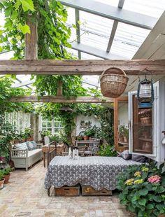 Aménager une serre comme pièce en plus au jardin // Ici, il s'agit plus d'une orangerie réalisée à partir de matériaux de récupération Home And Garden, Garden Room, Outdoor Decor, Garden Design, House With Porch, Outdoor Rooms, Eco Garden, Garden Decor, Orangery