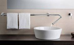 Genial a ideia de aproveitar o cano da #torneira para também pendurar as toalhas, né!? #demais #criatividade