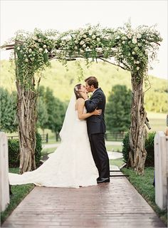 rose and wood ceremony arch @weddingchicks