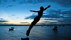 In the photo above, the moment the dive of a boy, a resident of Port Superagui, Paraná - Brazil (Photo: Kirsch Ita)