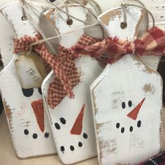 Cute idea for wooden cutting boards! Wooden Christmas Decorations, Christmas Wood Crafts, Snowman Crafts, Tree Crafts, Christmas Signs, Diy Christmas Gifts, Christmas Projects, Holiday Crafts, Christmas Holidays